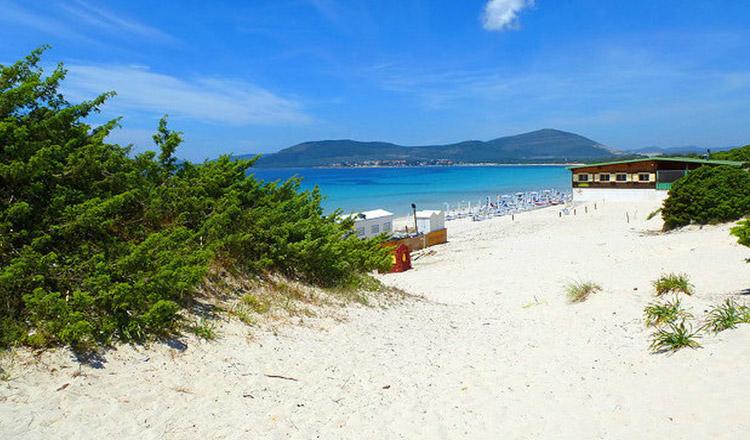 Un cuplu care a furat nisipul de pe o plajă din Sardinia se confruntă cu 6 ani de închisoare