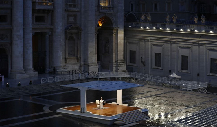 Papa Francisc, singur in ploaie, in piata pustie, rugandu-se pentru incetarea pandemiei