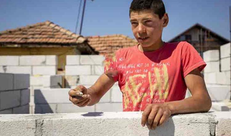 La numai 16 ani isi construieste singur o casa. Povestea emotionanta a lui Georgica