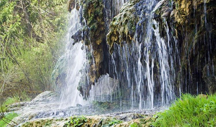 Un loc unic în Europa!! Cascada cu apa termala care își schimba mereu  culoarea se afla in Romania - Curioase