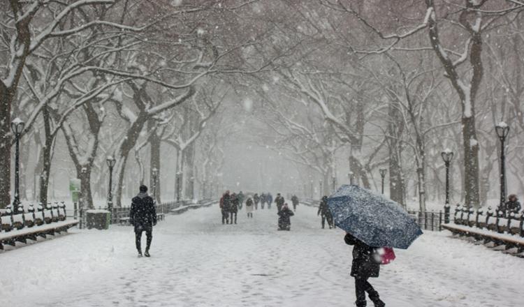 A nins azi-noapte în România. Strat de zăpadă de câțiva centimetri