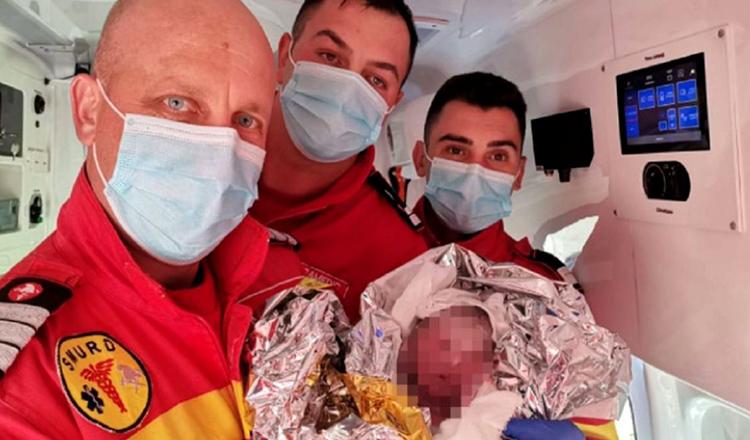 """O gravidă a născut în ambulanță, în Bistrița-Năsăud. Paramedic: """"A tremurat carnea pe mine de emoție și bucurie"""""""