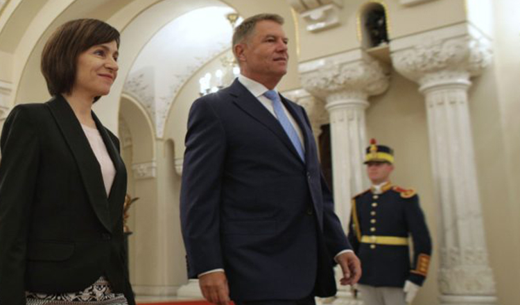 Klaus Iohannis, în vizită la Chișinău după 5 ani. Ce au strigat oamenii adunați în fața Președinției