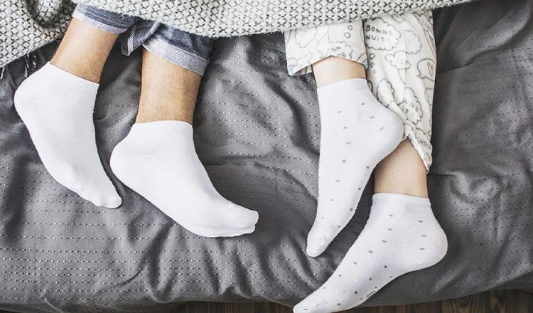 De ce este bine să dormi cu șosete în picioare. 4 beneficii mai puțin cunoscute